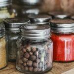Foto de envases de vidrios con especias y cereales